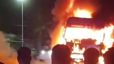 Chiếc xe tải bốc cháy ngùn ngụt sau khi xảy ra tai nạn giao thông.