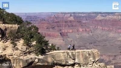 Cô gái suýt ngã xuống vách núi dựng đứng vì mải mê chụp ảnh