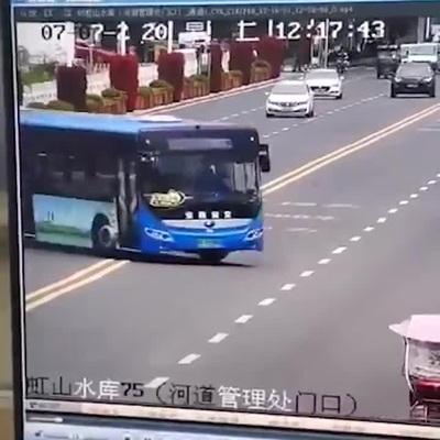 Xe chở học sinh thi đại học ở Trung Quốc lao xuống hồ, 21 người chết