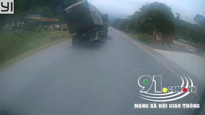 Pha bẻ lái thót tim của lái xe đầu kéo để tránh xe máy đi ngược chiều