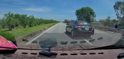 Đi nhầm, tài xế hồn nhiên lái xe chạy lùi trên đường cao tốc