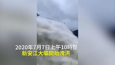 Cá bay đầy trời khi đập thủy điện Trung Quốc xả nước