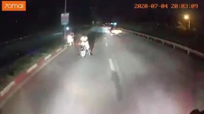 Tài xế xe khách giật mình phát hiện người đi xe máy ngược chiều trong đêm