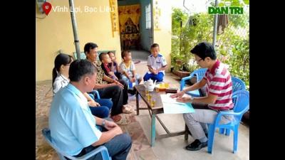 Trao tiền bạn đọc Dân trí đến 4 trẻ mồ côi ở Bạc Liêu