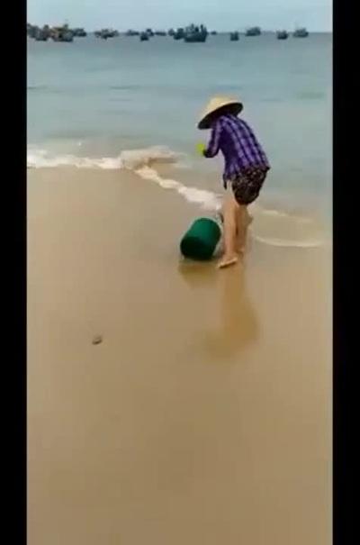 Người phụ nữ thản nhiên đổ rác ra biển, còn phản ứng khi bị nhắc nhở