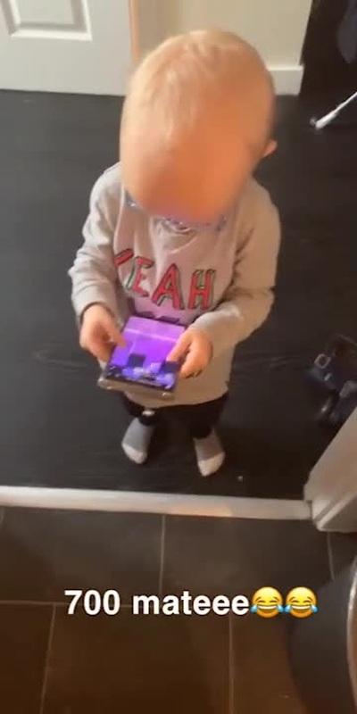 """Cậu nhóc 2 tuổi với màn chơi """"siêu đỉnh"""" trên smartphone"""