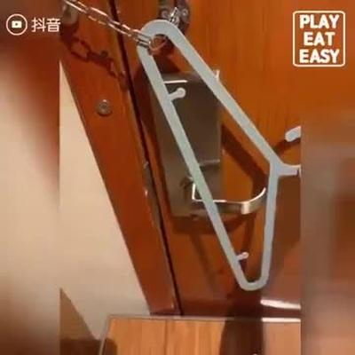 Mẹo khóa cửa phòng khách sạn chỉ bằng chiếc móc treo quần áo