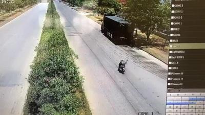 Thanh niên đi xe máy với tình huống xử lý khó hiểu tự gây tai nạn cho mình