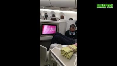 Hình ảnh phi công người Anh trên chuyến bay rời Việt Nam về nước