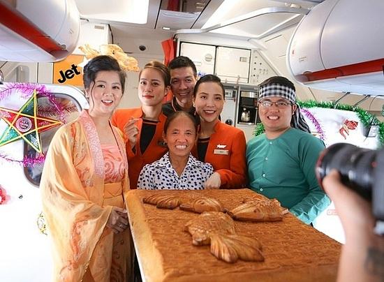 """Vì sao và ai đã cho  phép bà Tân Vlog đưa bánh Trung thu """"siêu to"""" lên máy bay? - 1"""