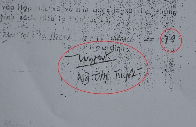 Lúc còn sống, bà Tuyết xác định chữ ký này trong đơn vào HTX nông nghiệp giả mạo. Nét chữ ký khác biệt so với các chữ ký thật.