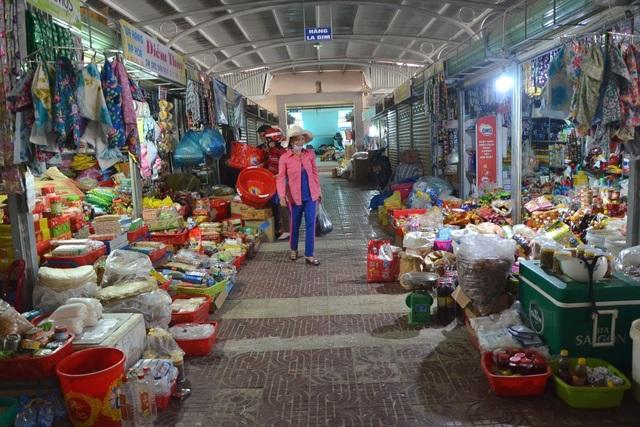 Chợ mới vắng khách khi hơn 200 tiểu thương chưa chịu đến kinh doanh.
