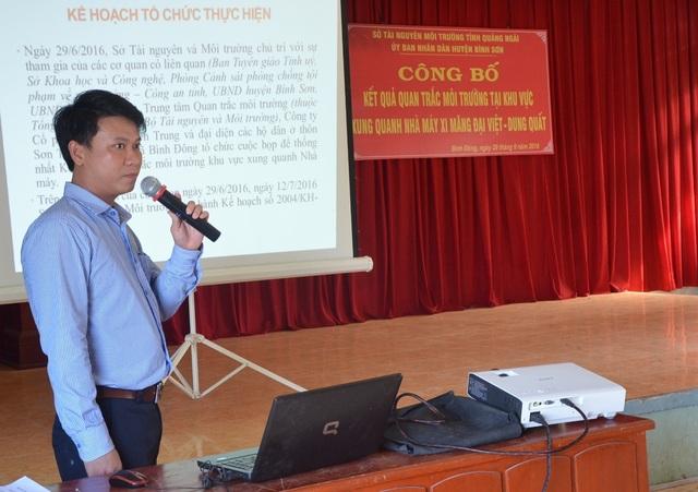Đại diện Sở TN&MT công bố nội dung kết quả quan trắc môi trường của Nhà máy nghiền clinker Đại Việt - Dung Quất tại hội trường UBND xã Bình Đông.