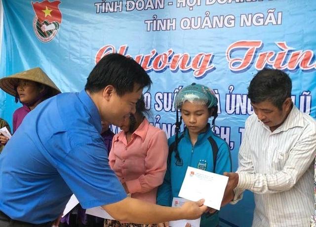 Anh Nguyễn Hoàng Hiệp trực tiếp trao quà hỗ trợ đến nhân dân tỉnh Quảng Bình (Ảnh do Tỉnh đoàn cung cấp).