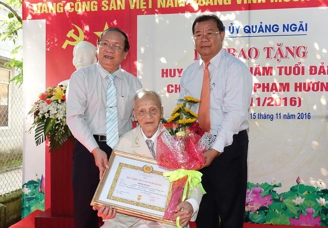 Trao Huy hiệu 80 tuổi Đảng đến cụ Phạm Hương.