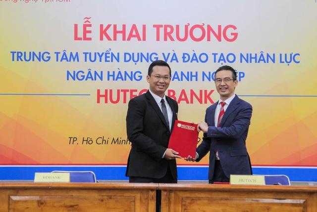 TS. Nguyễn Xuân Hoàng Việt – Phó Hiệu trưởng HUTECH kí kết hợp tác với đại diện các ngân hàng