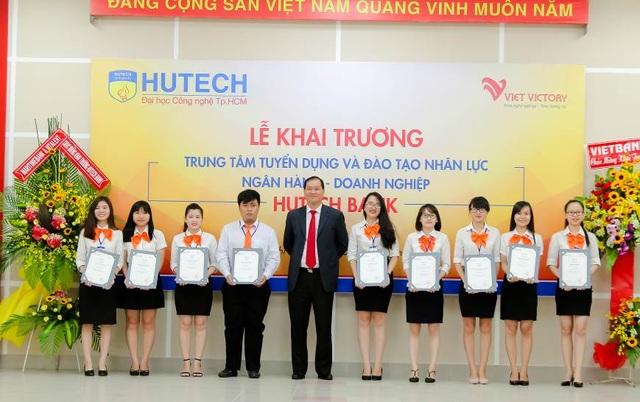 Những học viên của khóa đầu tiên nhận chứng chỉ tốt nghiệp khóa học