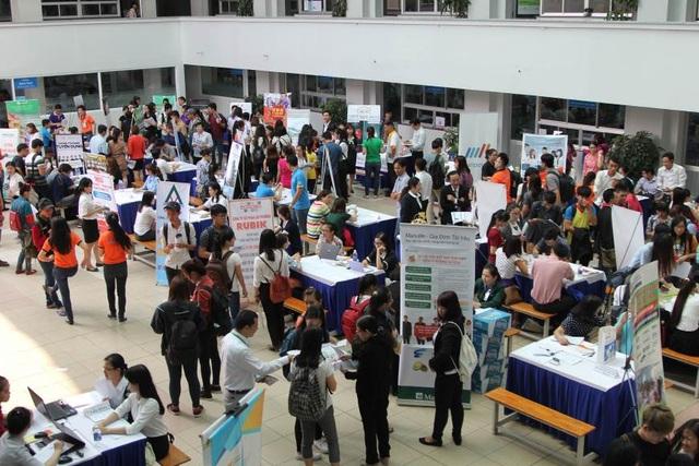 Hàng trăm doanh nghiệp tham gia Ngày hội mỗi năm để giới thiệu hình ảnh của mình đến các ứng viên tương lai