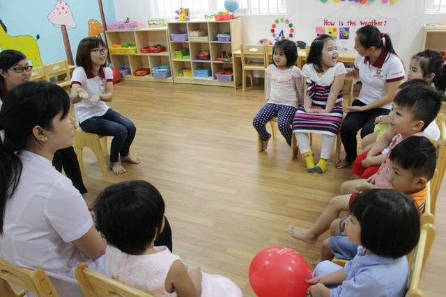 Phòng học thoáng mát, tiện nghi. Mỗi giờ học là mỗi giờ vui, đến trường không còn là nỗi ám ảnh cho những bé lần đầu đi học.