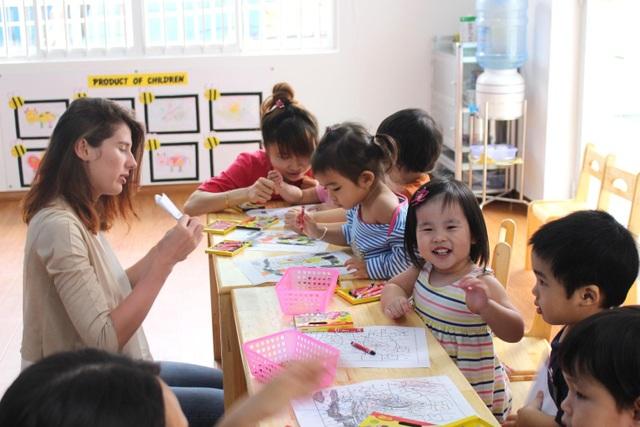 Giờ học tiếng Anh cùng giáo viên nước ngoài. Học ngoại ngữ từ sớm giúp trẻ phát triển cả về kĩ năng và tư duy.