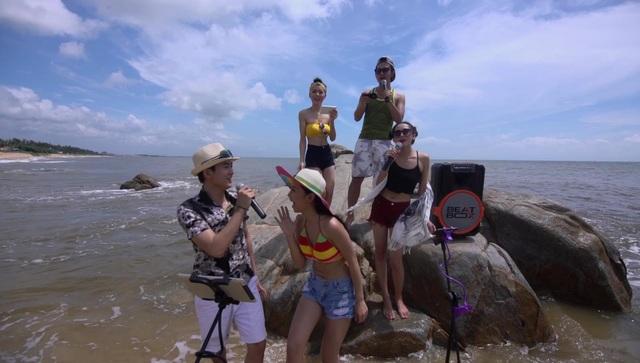 Beatbox Karaoke được đồng thời tích hợp đầu máy karaoke, ampli, loa, mic không dây, cho phép người dùng có thể mang đi khắp nơi ca hát