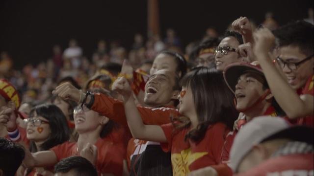 Hình ảnh Phạm Anh Khoa cuồng nhiệt vì màu cờ sắc áo trên khán đài trong MV