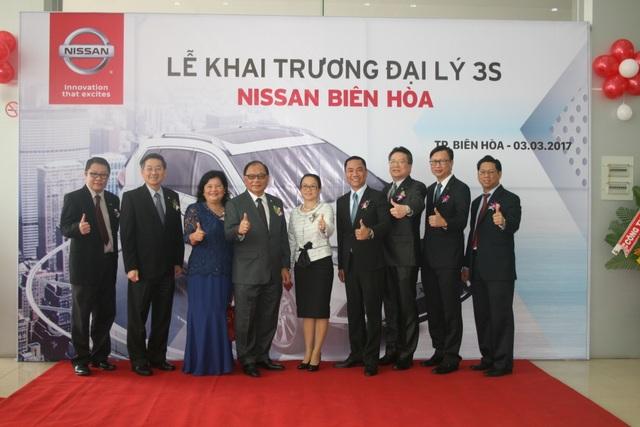 Ban lãnh đạo Nissan Việt Nam chụp ảnh lưu niệm tại lễ khai trương đại lý 3S Nissan Biên Hòa