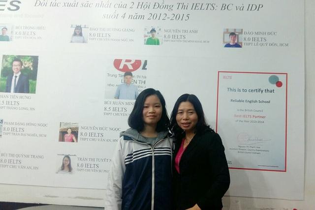 Lan và mẹ là cô Hạnh, Hiệu trưởng trường THCS Vân Hồ