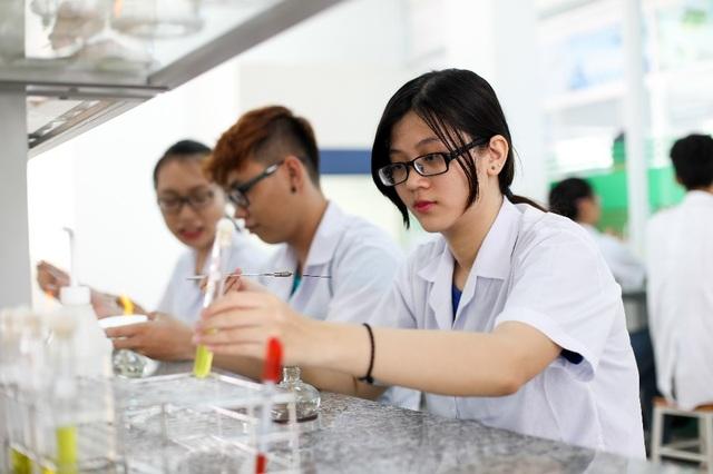 Sinh viên ngành Dược Trường Đại học Công nghệ TP.HCM trong giờ thực hành