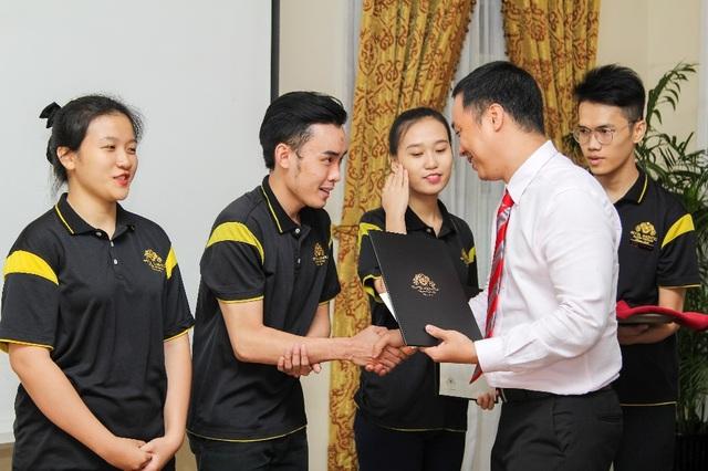 TS. Nguyễn Quốc Anh trao giấy chứng nhận cho sinh viên đã hoàn thành học kỳ doanh nghiệp