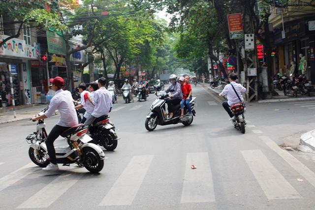 Tình trạng tham gia giao thông thiếu an toàn của học sinh hiện nay là đáng báo động