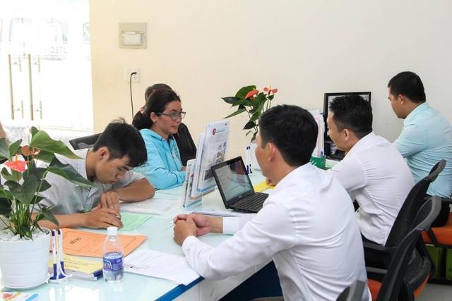 Phụ huynh và thí sinh tìm hiểu thông tin tuyển sinh tại trường Đại học Công nghệ TPHCM