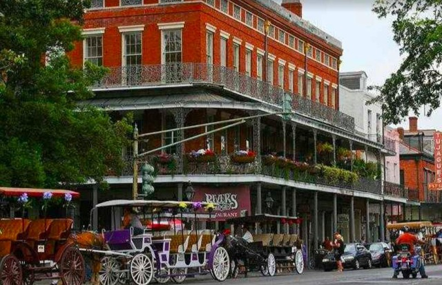 Bourbon Street, một địa danh ăn chơi nổi tiếng ở Louisiana