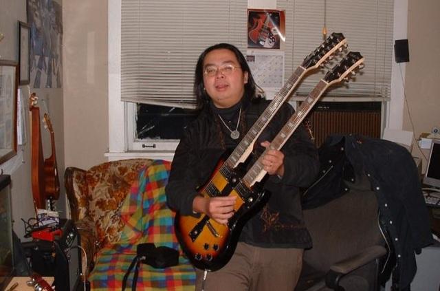Anh Huỳnh Chí Viễn làm bạn với chiếc đàn trong căn phòng trọ chật chội tại Mỹ