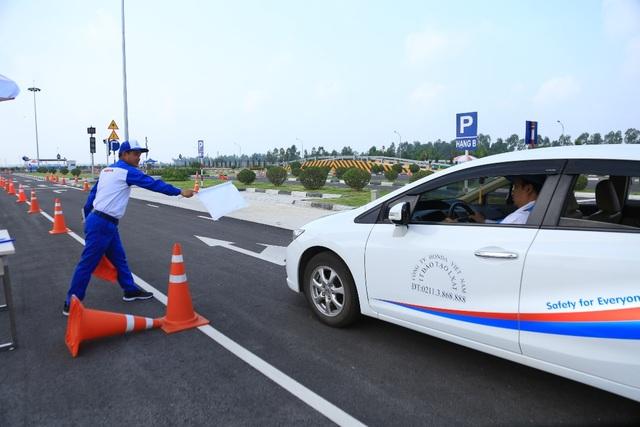 Với Cảnh sát giao thông, nhằm tạo cơ hội cho các cán bộ chiến sỹ nâng cao trình độ cũng như kiểm tra trình độ bản thânvà kinh nghiệm lái xe an toàn, bên cạnh phần thi cho mô tô phân khối lớn với các kỹ năng phanh khẩn cấp, cua vòng và thăng bằng, Honda Việt Nam còn mở rộng thêm nội dung thi cho ô tô là kỹ thuật cua vòng, kỹ thuật đánh lái trong không gian nhỏ, hẹp và phản xạ…