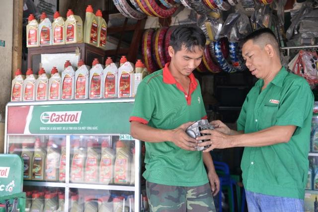 Anh Ngọc Trung (bên phải) luôn nhiệt tình hướng dẫn thợ máy của mình những kiến thức nghề mà anh đã tích lũy được