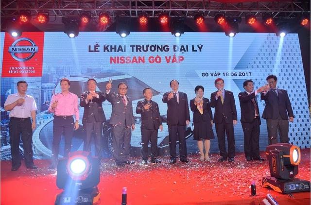 Ban lãnh đạo Nissan Việt Nam, TCIE Việt Nam và Đại lý Nissan Gò Vấp chụp ảnh lưu niệm tại Lễ khai trương