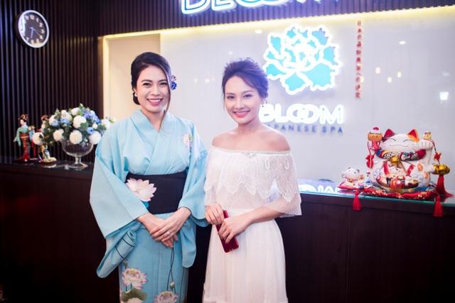 Nàng Vân xinh đẹp rạng rỡ bên cạnh Tổng giám đốc Bloom Spa