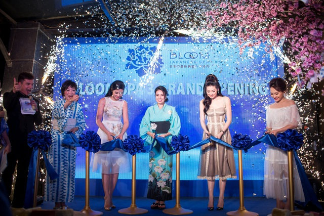 Lễ cắt băng với sự góp mặt của 3 nàng Ngọc Hân, Tú Anh và Bảo Thanh