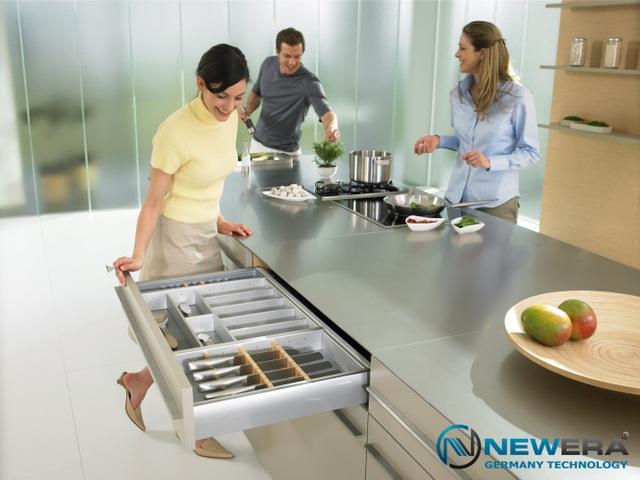 Với công nghệ sản xuất từ châu Âu của CHLB Đức, các kết cấu phụ kiện tủ bếp được hoàn thiện với tiêu chuẩn độ bền cùng khả năng chịu lực vượt trội dành cho các chuyển động với cường độ cao đạt tiêu chuẩn đóng mở lên đến 60.000 lần, ray trượt tải trọng từ 30kg giúp nâng cao năng lực chứa đựng và tối ưu hoá diện tích nhà bếp.
