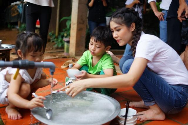 Các bé học cách rửa bát phụ giúp bố mẹ