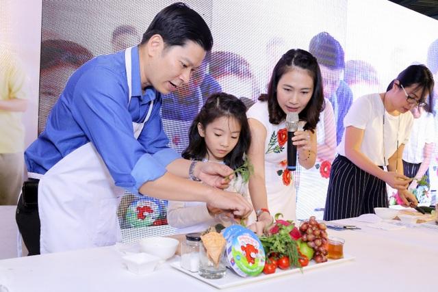 Đây là lần đầu tiên chồng Thanh Thảo xắn tay lên cùng con chuẩn bị bữa ăn nhẹ khiến Thanh Thảo vô cùng phấn khởi