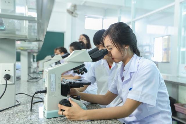 Sinh viên HUTECH được thực hành thường xuyên trong các phòng thí nghiệm chuyên ngành