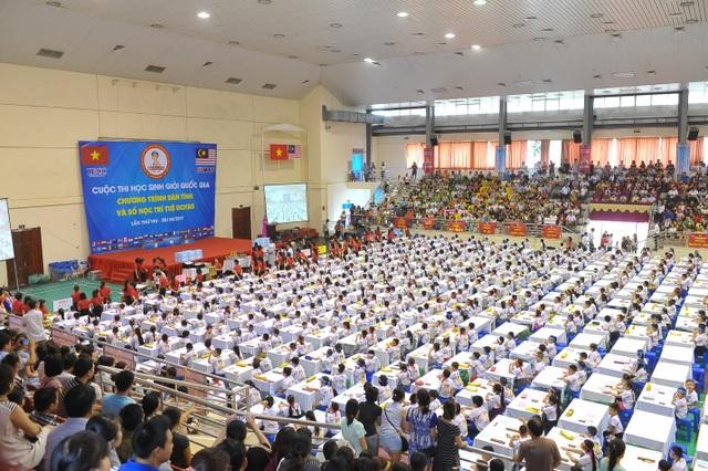 Hội trường thi với 1500 thí sinh ở 11 nhóm trình độ