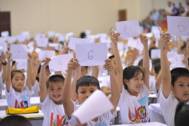 Học sinh thực hiện phần thi Nghe tính và Blitz