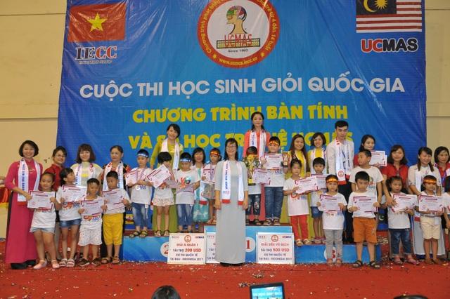Bà Thành Minh Hiền – Tổng giám đốc UCMAS Việt Nam trao giải cho các bạn học sinh