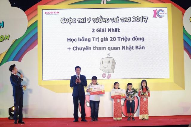 Các em nhỏ đạt giải Nhất được trao tặng những phần quà giá trị