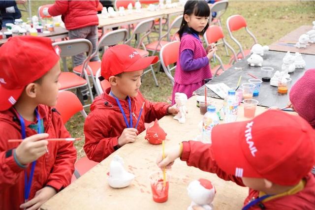 Các bé tham gia những trò chơi sáng tạo với sự hướng dẫn của nhân viên Nissan