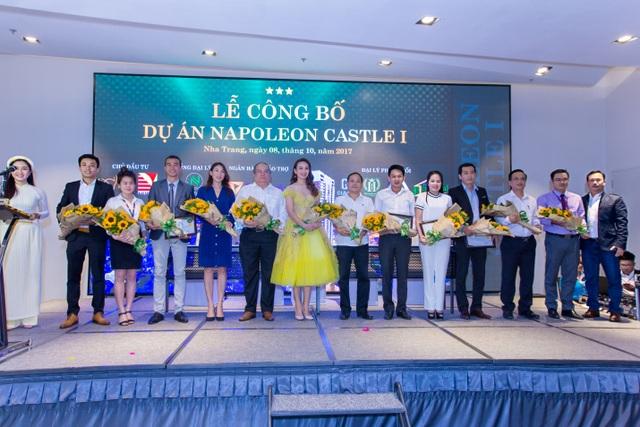 Đại sứ thương hiệu dự án Napoleon Castle - Ngọc Diễm chụp ảnh lưu niệm cùng lãnh đạo tỉnh/thành phố cùng các đại biểu trong Lễ công bố dự án.