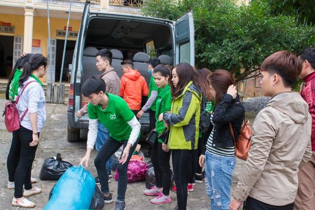 CBNV Giúp việc 88 vận chuyển nhu yếu phẩm trên xe xuống để trao cho bà con vùng cao
